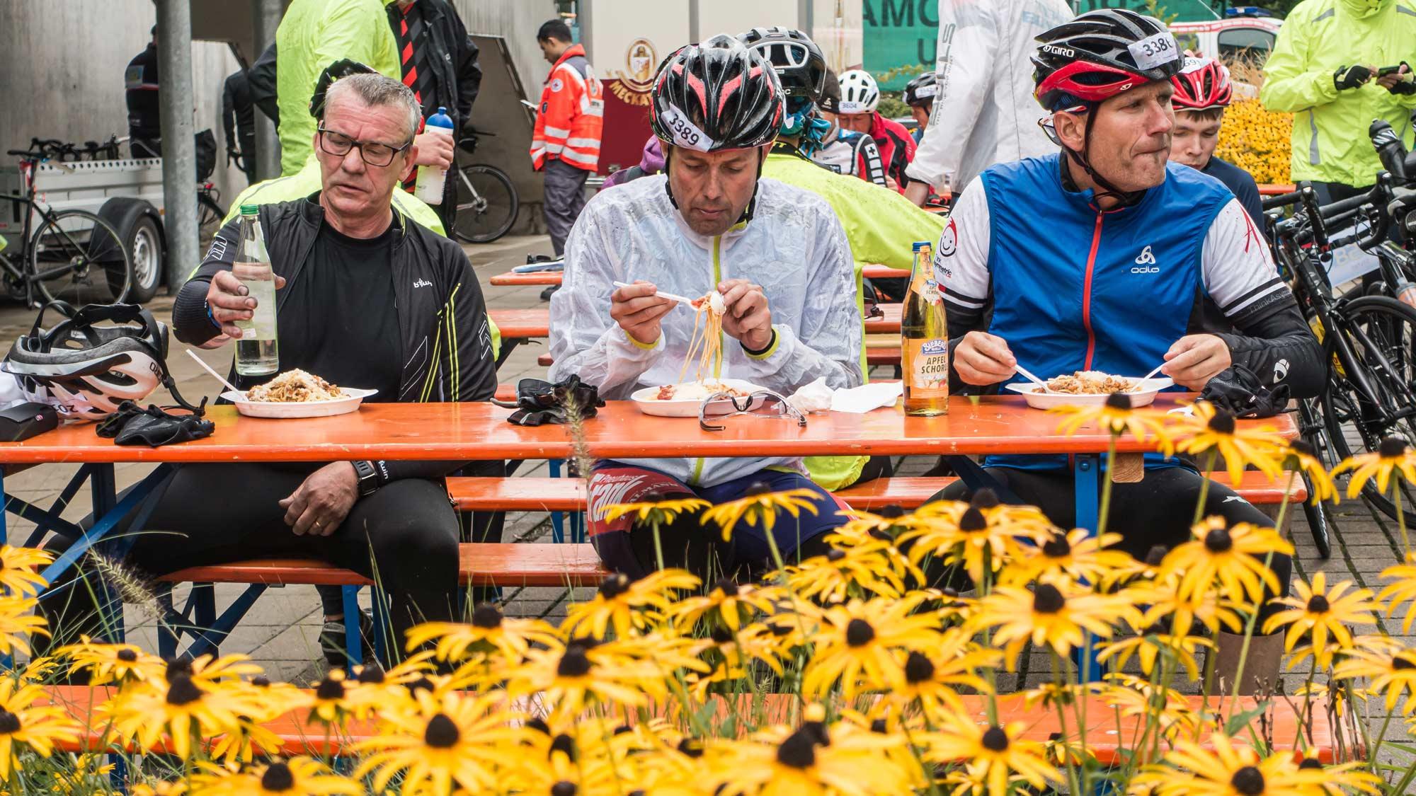 Rennradfahrer essen Pasta